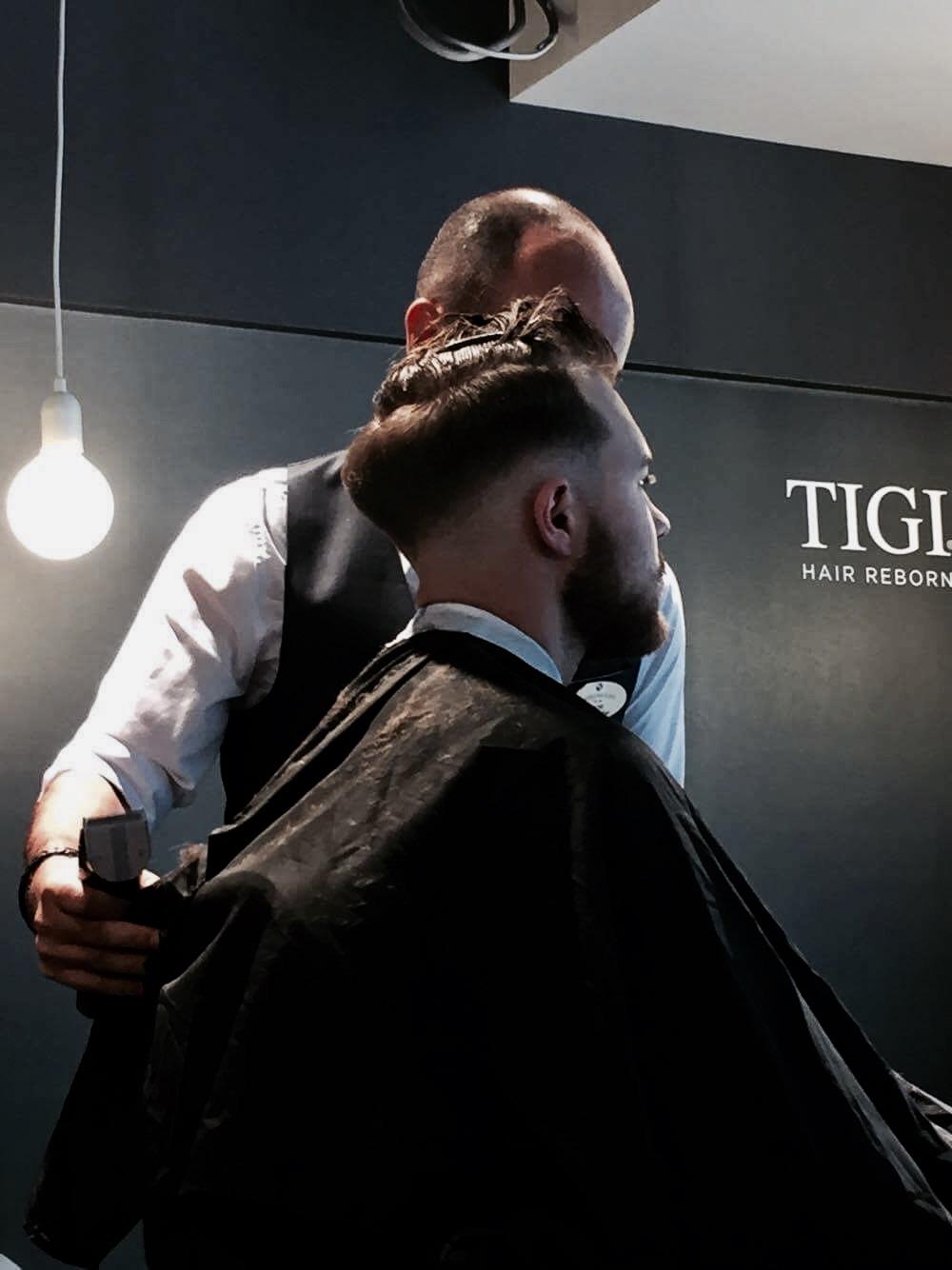 Deretter lager man en jevn og perfekt overgang mellom hud og hår.