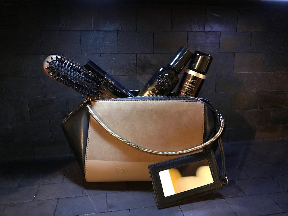Natur Børste, Oribe Gold Lust Nourishing Hair Oil, Oribe Grandiose Hair Plumping Mousse. Veske lånt fra MA Vintage