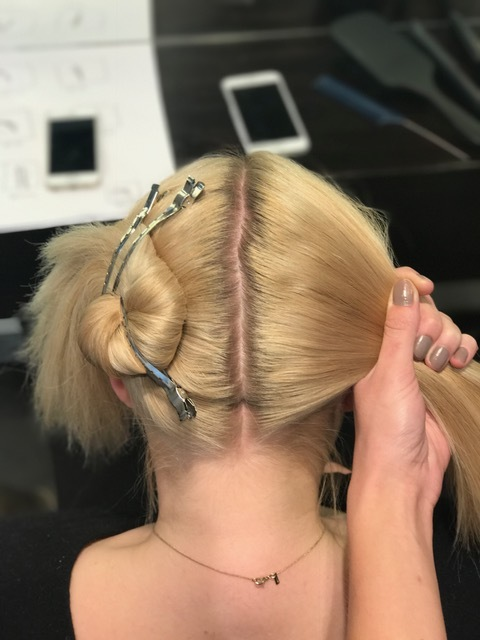 Steg 1:Start med å dele i en midtskill og fortsett inndelingslinjen helt ned til nakken, du skal ha like mye hår på hver side.