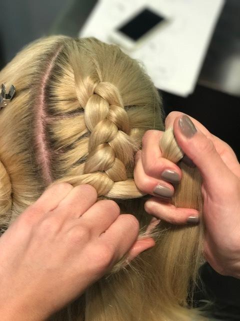 Steg 4: Start med å flette og dra med litt og litt hår for hver fletting du gjør.