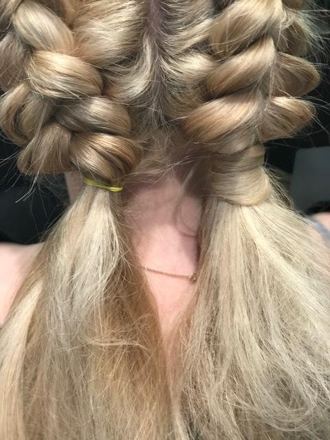 Steg 9: Når tuppene er tupert og flettene er dratt ut og fyldige er det lurt å gjøre siste finish ved å ta opp litt hår fra under strikken og surre det rundt for å skjule strikkene.