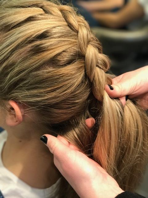 Steg 3: fortsett med dette til du kommer ned i nakken og alt håret er i fletten og flett helt ut, sett en strikk i enden.