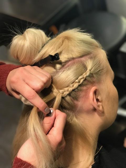 Steg 2: Sett så bort hesteskoen og start med en flette fra hårfeste i fronten, denne skal flettes bakover. Her skal du bare dra med hår fra undersiden inn i fletten. Flett helt ned og sett på en strikk.