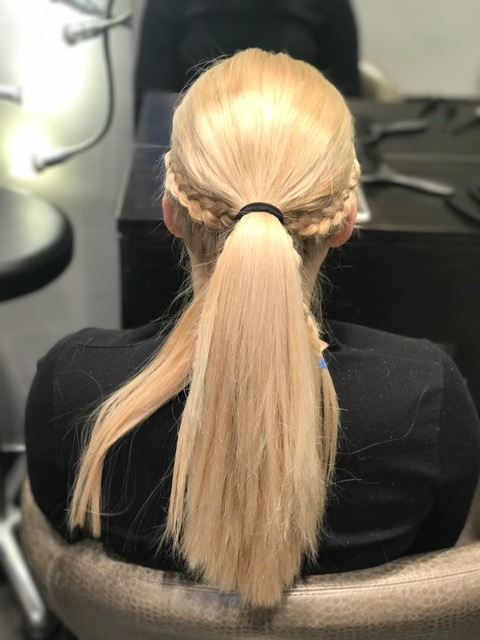 Steg 5: Det håret som er igjen setter du så i en hestehale som på bildet under.