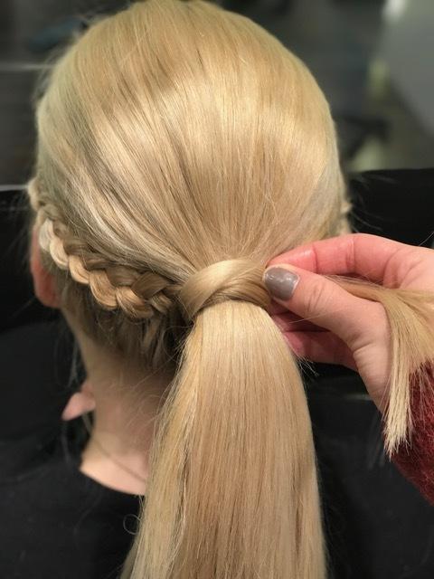 Steg 6: For å skjule strikken tar du litt hår fra undersiden av hestehalen og surrer rundt strikken.