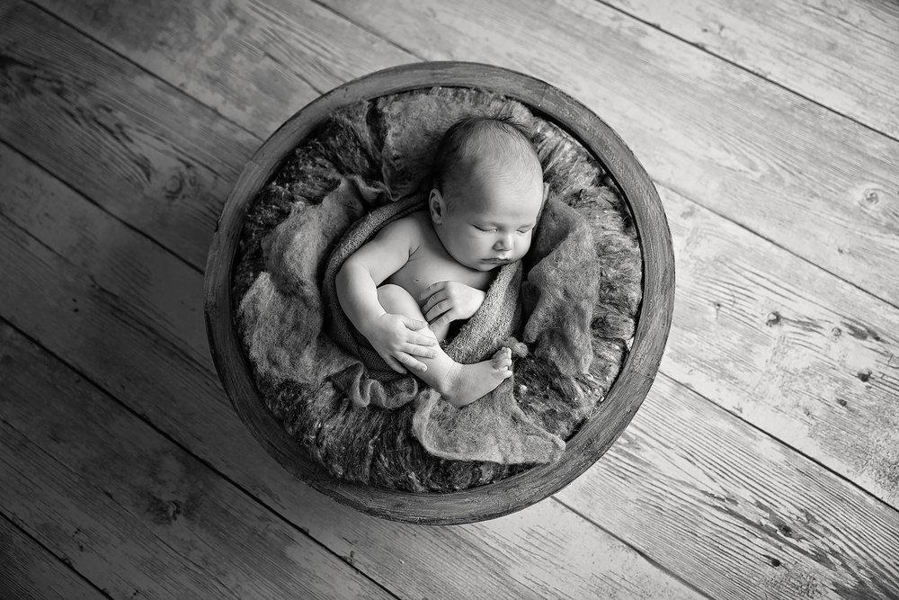 HunterNewbornPhotos-23Black&White.jpg