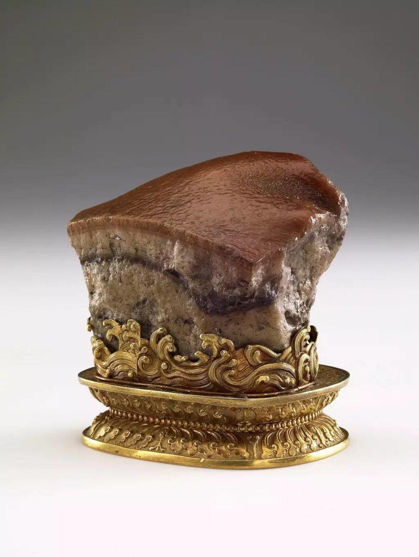 """▲  """"肉形石""""于清朝康熙年间供入紫禁城,是一块天然玛瑙经石皮着色、雕琢后的皇家珍玩。雍正对其赞赏有佳,在清末也成为慈禧爱物,图片来源:台北故宫博物院"""