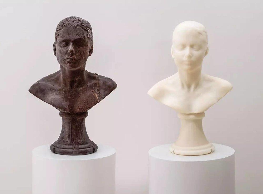 """▲  在展览""""绚丽""""中,珍妮·安东尼(Janine Antoni)作品《舔舐与涂抹》(Lick and Lather)的说明牌这样写道:""""想像你正在舔舐着一个巧克力版本的自画像雕像…咽下的是什么?是你的表面,还是自我?"""" 图片来源:Asian Art Museum"""