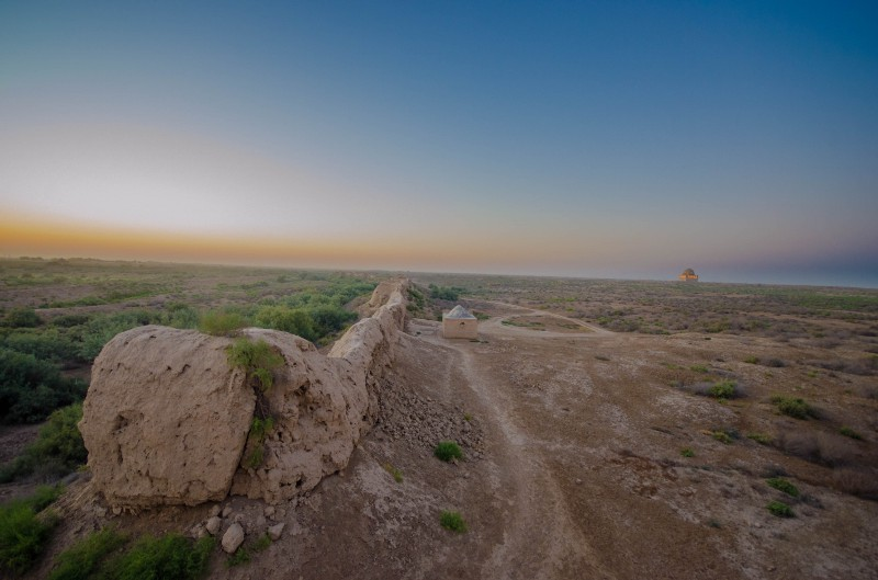 The city wall.. in the distance you can see one of the restored building… atleast i think it is.. can't read Turkmen…:(