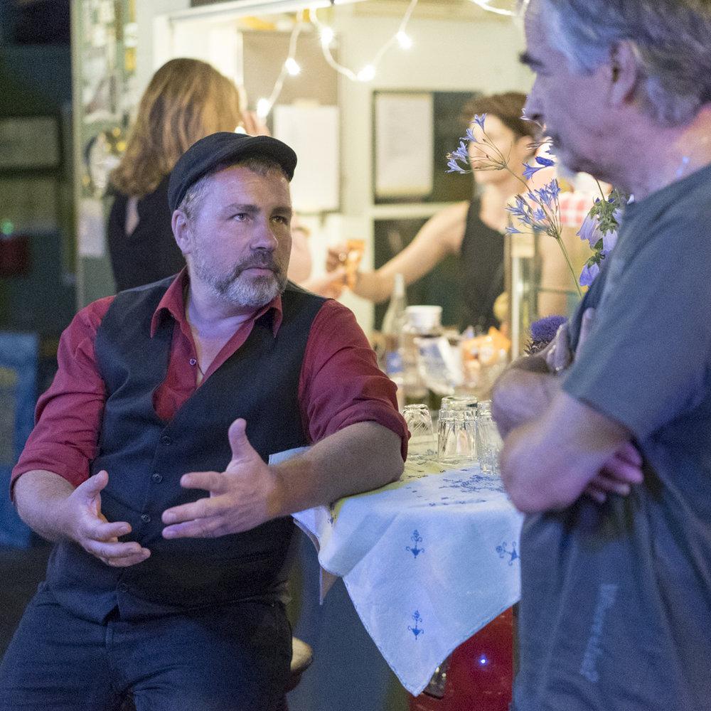 Der Autor Martin Jankowski am Image Afrique Stadtsprachen Abend im Rhybadhüüsli St. Johann im Gespräch. Juni 2017
