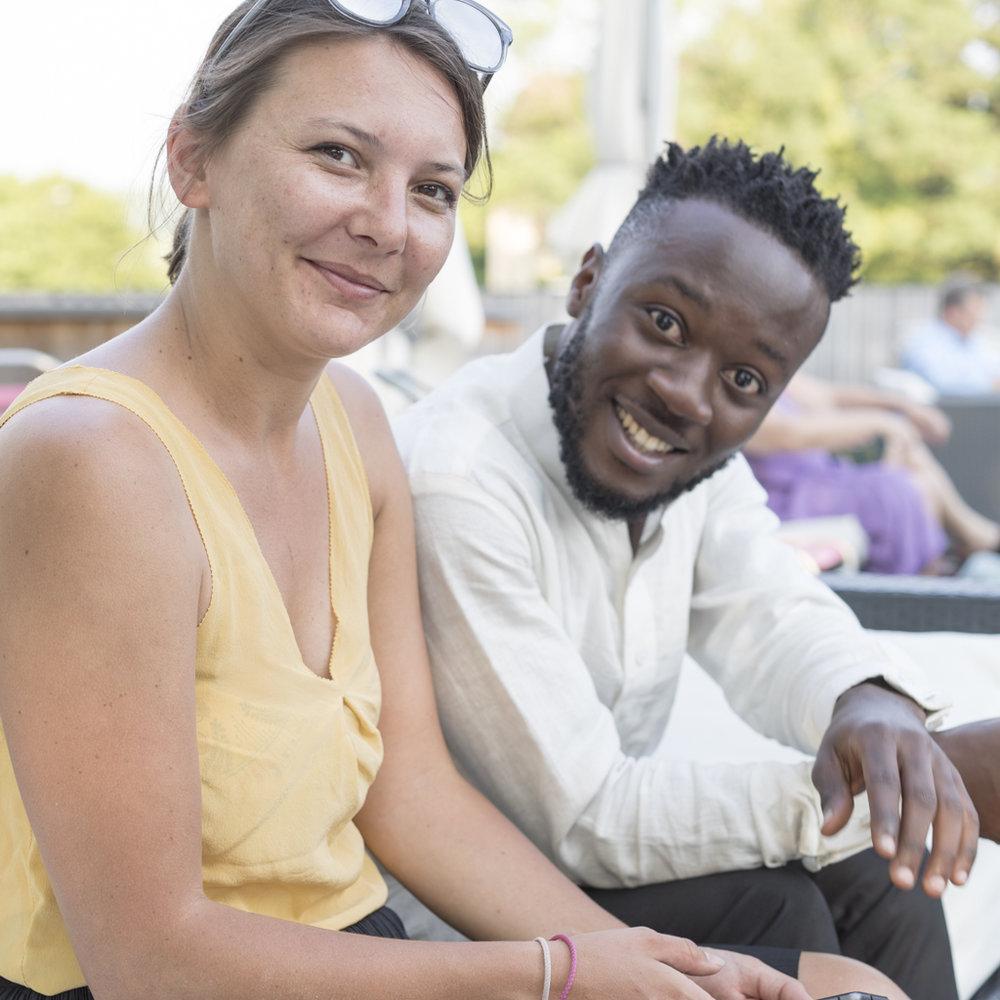 Glückliche Livia Rutishauser und glücklicher Steve Mekoudja am Image Afrique Stadtsprachen Abend im Naturbad Riehen. Juni 2017