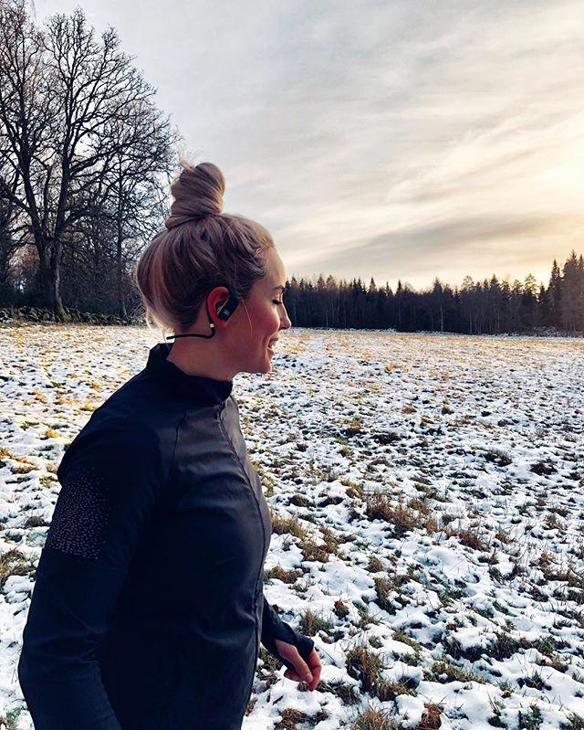 I samarbete med @jblaudio_se Det absolut bästa och njutigaste med den här ledigheten har varit att hälsa på hemma hos mamma och pappa, springa en sträcka utan längd i vintrig skog, samtidigt som det vibrerar i öronen av en riktig panglåt! (Dessa lurar klarar btw både regn, snö och SIMNING!) #jblaudio_se #letsoundtakeover
