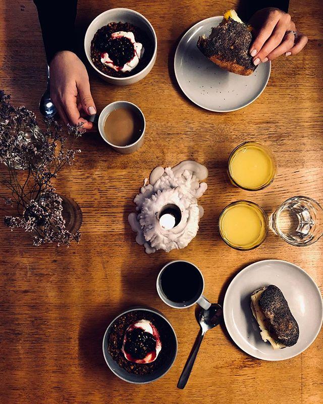"""En redig bokaskrivare-frukost. 1,5 vecka kvar till första lämning. Kämpa @anjaforsnor och @kamperhaug KÄMPA! Fyll gärna på med pepp nedan. Typ: """"Jag kommer köpa 5 böcker på studs"""". """"Jag kan inte sova om nätterna på grund av längtan till boksläpp""""."""