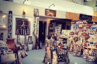 Namidi Art Shop in Oia, Santorini.Picture from @nadirairdiana