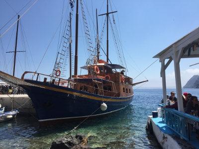 BoatTourSantorini1.jpg