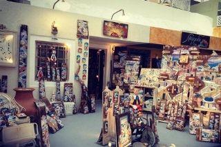 Namidi Art Shop in Oia, Santorini. Picture from  @nadirairdiana