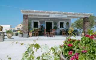 It is a cute little place, ideal to relax and get away from the crowds in Santorini..