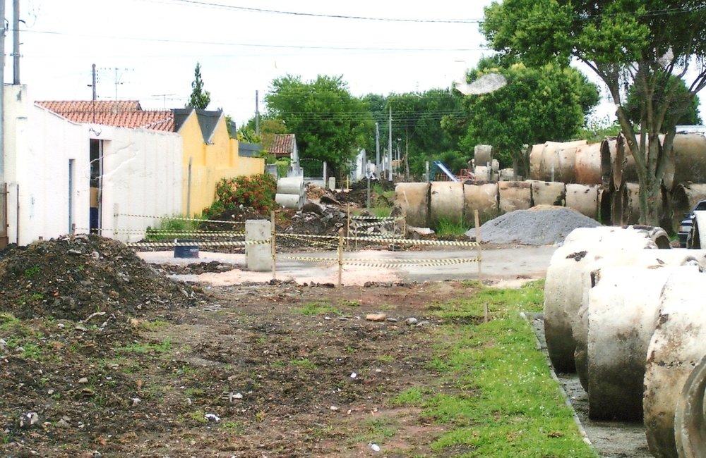 Duas redes pluviais de macro drenagem no trecho entre as ruas Euclides Taborda Ribas e Nádia Leuch Rymanski