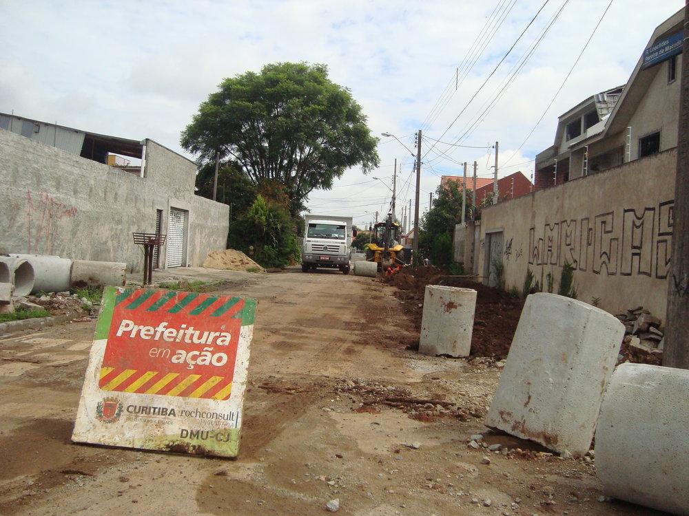 Melhoria na rede de drenagem na Rua Leoclides Pereira de Macedo