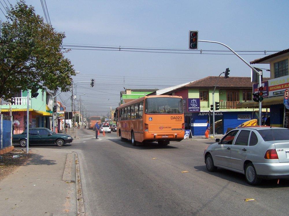 Semáforo no cruzamento da Rua Rutildo Pulido com a Rua João Tobias de Paiva Netto