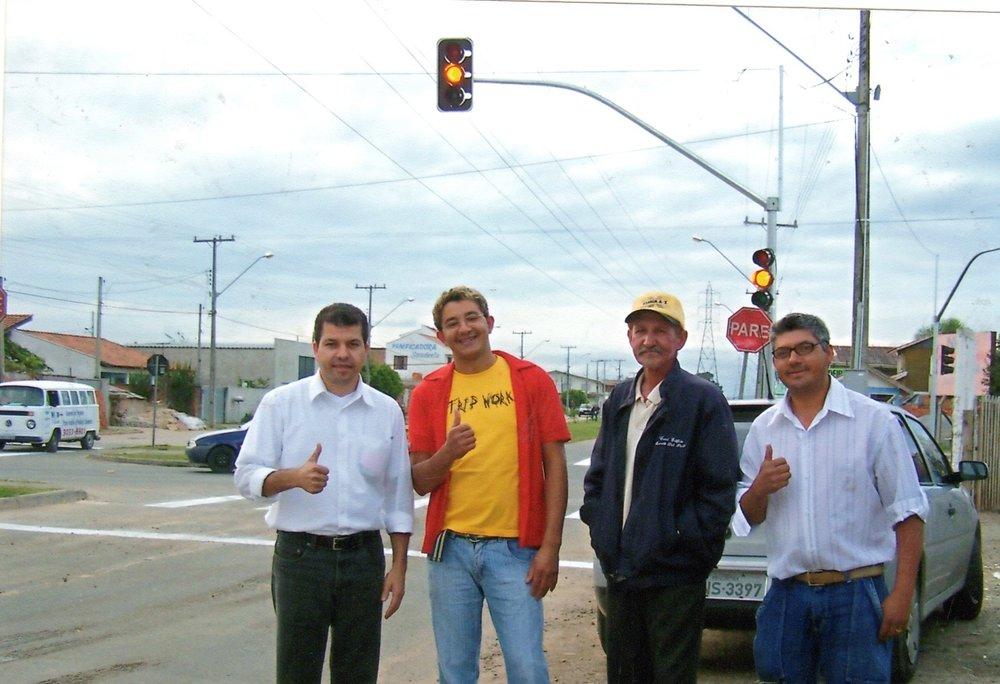 Semáforo na Rua Leonardo Novicki com a Rua Sebastião Marcos Luiz