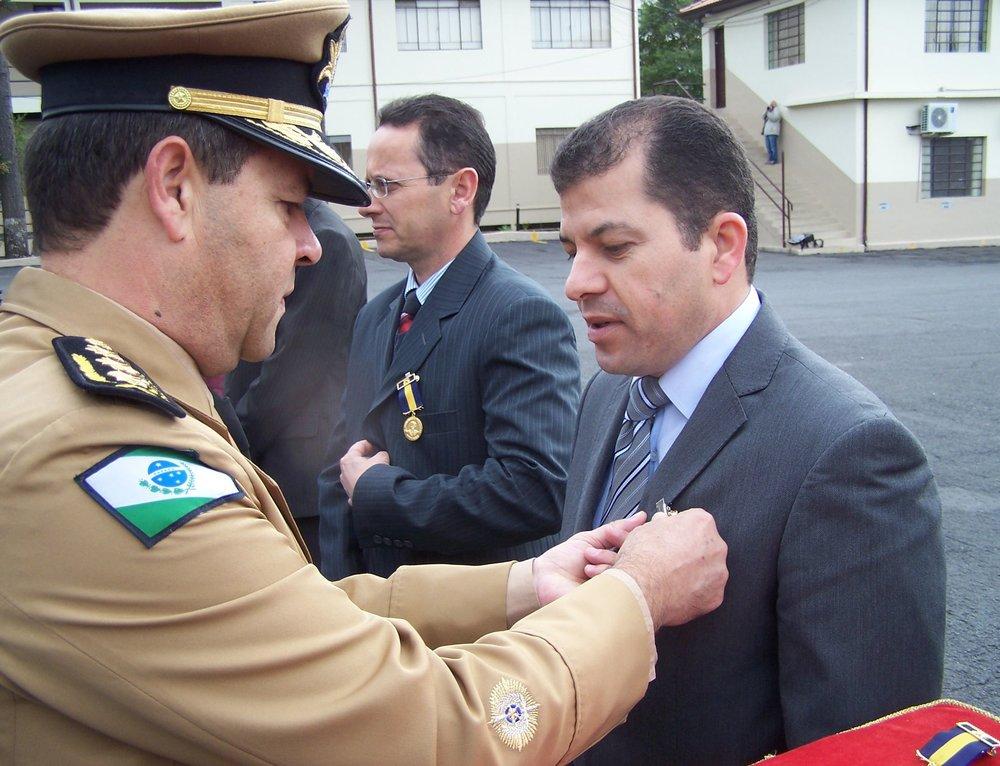 Serginho foi condecorado com a medalha Coronel Sarmento, a maior honraria da PM-PR