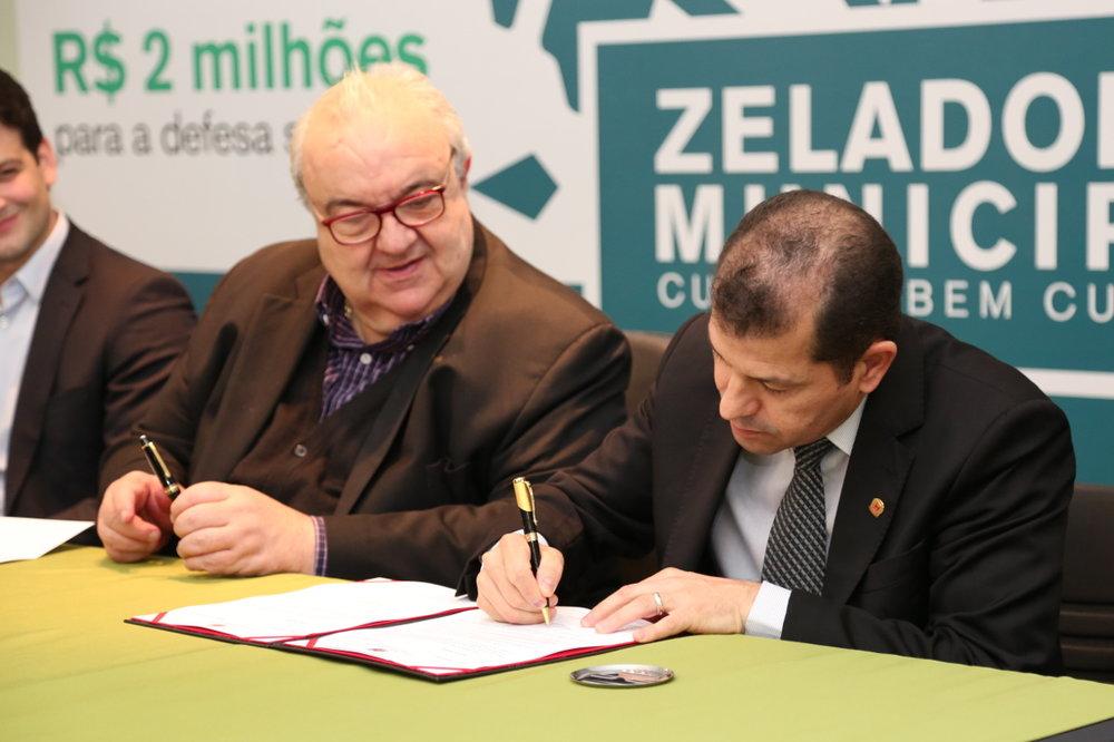 Serginho do Posto assina o documento que devolve aos cofres públicos R$ 35 milhões, provenientes de economias do Legislativo. (Foto: Rodrigo Fonseca/CMC)