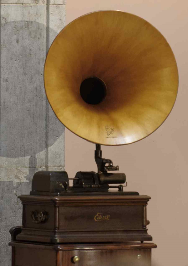 Edison Phonograph. Thomas Alva Edison statue unveiling ceremony, Ohio Statehouse Rotunda, May 20, 2015. Image source: The Ohio Academy of Science.