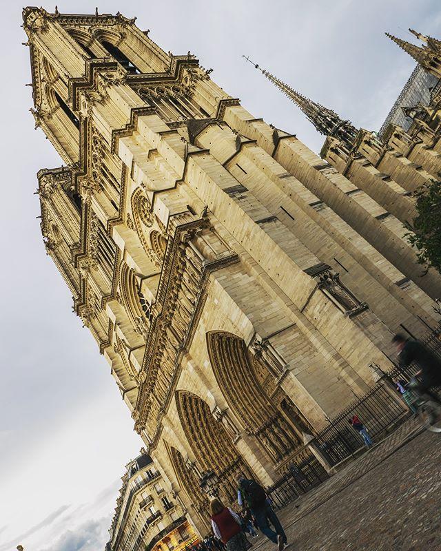 Notre Dame. Paris 2017. 📸: Panasonic LX100. • • • • • #panasonic #panasoniclumix #lx100 #architecture #architecturephotography #paris #streetphotography #travelphotography #parisfrance #ig_paris #notredameparis #notredame #cathedral #photography #directorofphotography #dop #igdaily #photooftheday #stegmeyer #work #cameragear