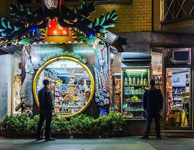 Cuckoo-Clock Fans. 📸: Fujifilm X100f • • • • #candid #citygrammers #everybodystreet #streetphotography #streetphotoreview #streetphotographers #streetsshared #storyofthestreet #streetphotographyinternational #wiesbaden #visualoflife #fujifilm #x100f #candidshot #peopleinsquare #livefolk #travelphotography #lensculturestreets #streetphotography_color #streetcolour