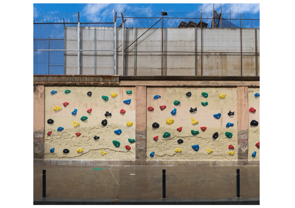 About prisons, climbing walls and the impossibility of paint to create shadow