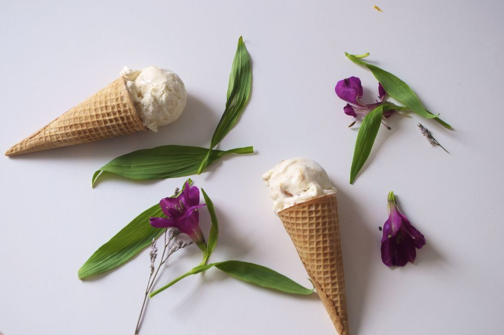 caramelized-peach-bourbon-no-churn-ice-cream-fried-parsley