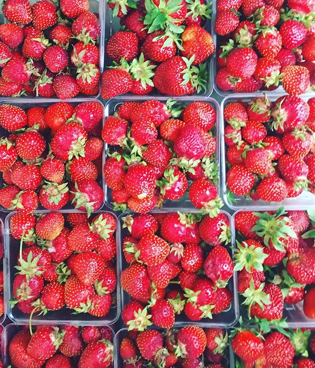 So. Many. Strawberries. 😍 this rainy day became a whole lot better 🌧🍓🙌 happy weekend!
