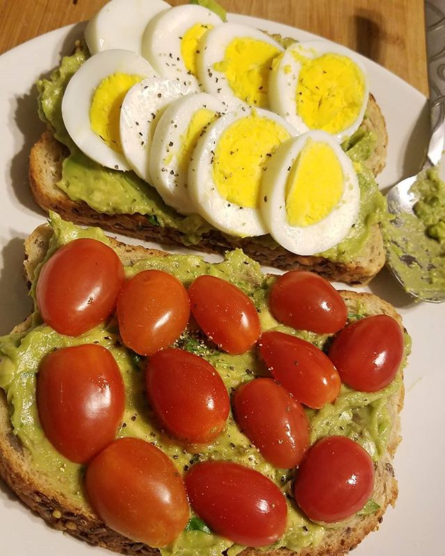 Avocado spread with egg and cherry tomatoes on 9 grain & seed bread #proteinpacked