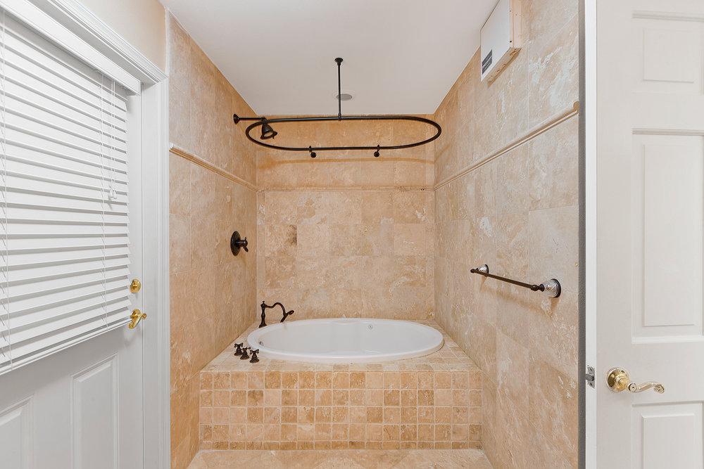20_Bathroom3_Tub.jpg