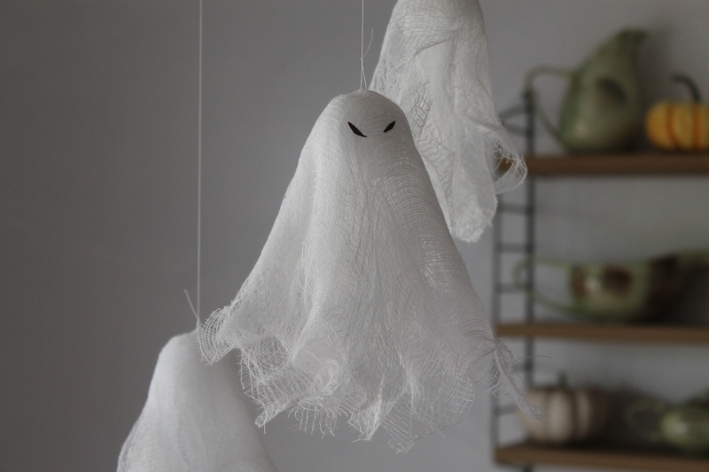 Make these spooky ghosts from simple household materials. Ghastly Halloween decor!