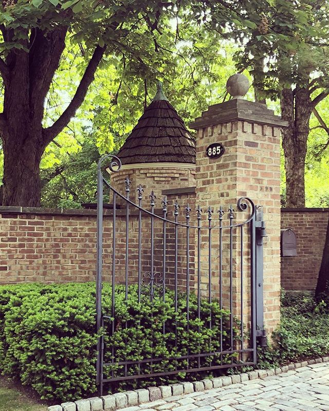 Gate goals 👍🏻 (also someone tell me if there's a special name for a little round turret at a gate like this one, I feel like there is...) #tradisrad #architecturenerdball