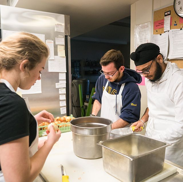 Grebel students have the opportunity to serve the local community by cooking a meal with @feedfive in the Grebel kitchen. The meal is used to serve the local homeless @rayofhopekw #grebelife #kwawesome #connectingtothecommunity #service 📸 @brandonabiog