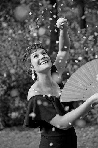 """Kristine Hjulstad - """"I erindringen av det som skulle ha vært"""" - Et personlig teater om sykdom og helse.Av Kristine Hjulstad Lege Artist - Magisk teaterHun vet at det umulige er mulig - at vilje som møter motstand skaper fremdrift. 16 år gammel fikk hun kreft. Sykdommen rev vekk viktige ungdomsår, men Kristine mistet aldri troen på målet om å bli lege. Kristine er mer enn en tryllekunstner, hun er en kunstner. Hun har en historie å fortelle. Kristines fortelling i NRKs """"Sommer i P2"""" 2018, har nå blitt en forestilling som beveger og er til ettertanke – en forestilling der magi, musikk og mening møtes."""