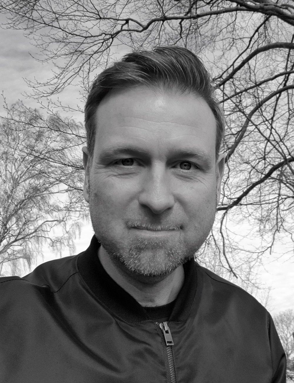 Peter Scharrf Smith - Peter Scharff Smith er professor i rettssosiologi ved Universitetet i Oslo. Han har tidligere forsket ved Institut for Menneskerettigheder, Københavns universitet og Cambridge University. Peter har publiceret 14 bøger og et stort antal artikler om straf, fængsler, krigsforbrydelser og menneskerettigheder. Hans seneste bog (redigeret med Rachel Condry) er