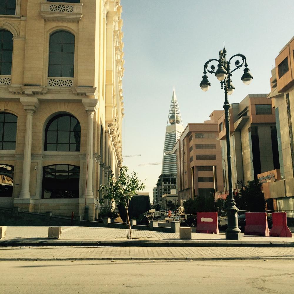 Promenada - ulica Tahlia (w tle Al Faisaliyah Center - trzeci co do wielkości budynek w Arabii Saudyjskiej)