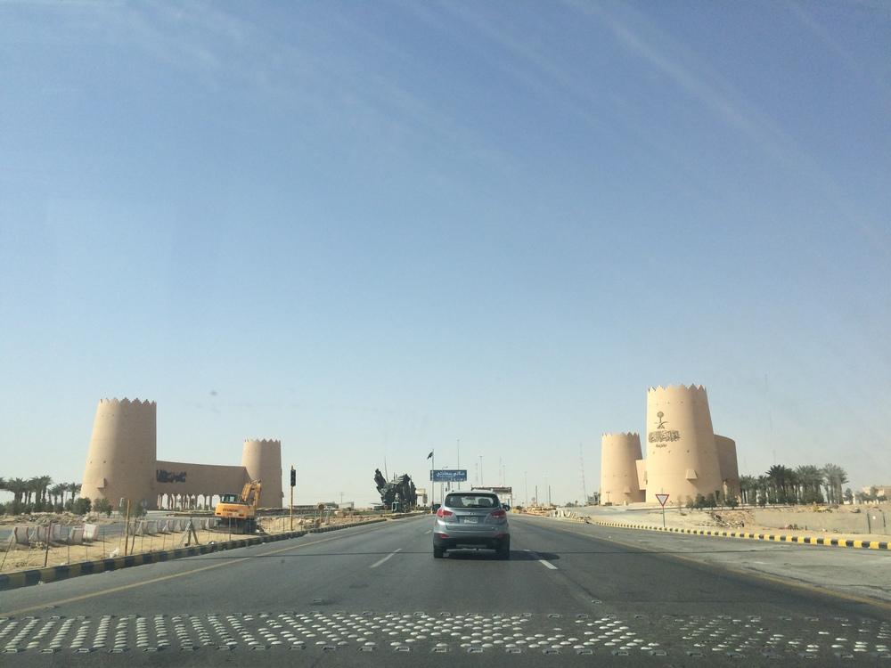 W drodze - punkt kontrolny na granicy miasta Riyadh