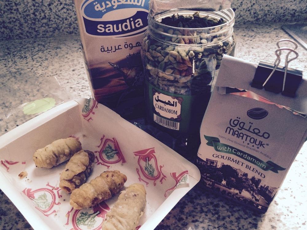 Ciasteczka, arabska kawa w kartonie, kardamon w łupinach, kawa mielona z kardamonem