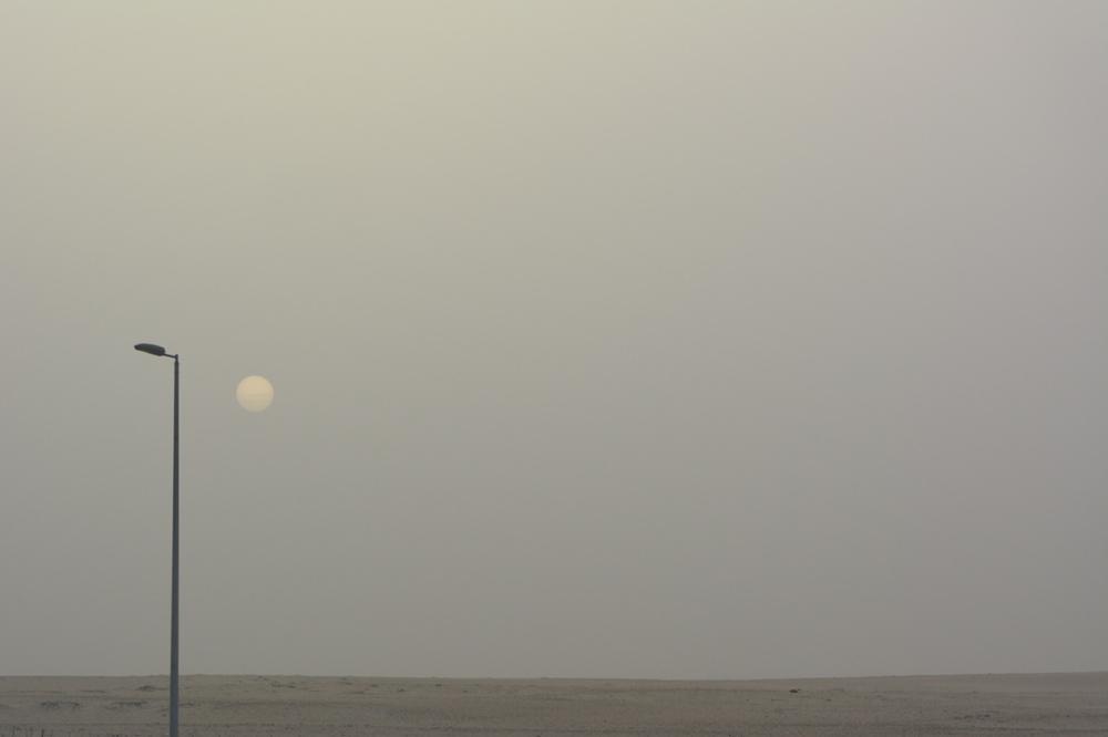 Słońce wschodzi ponad pustynny horyzont