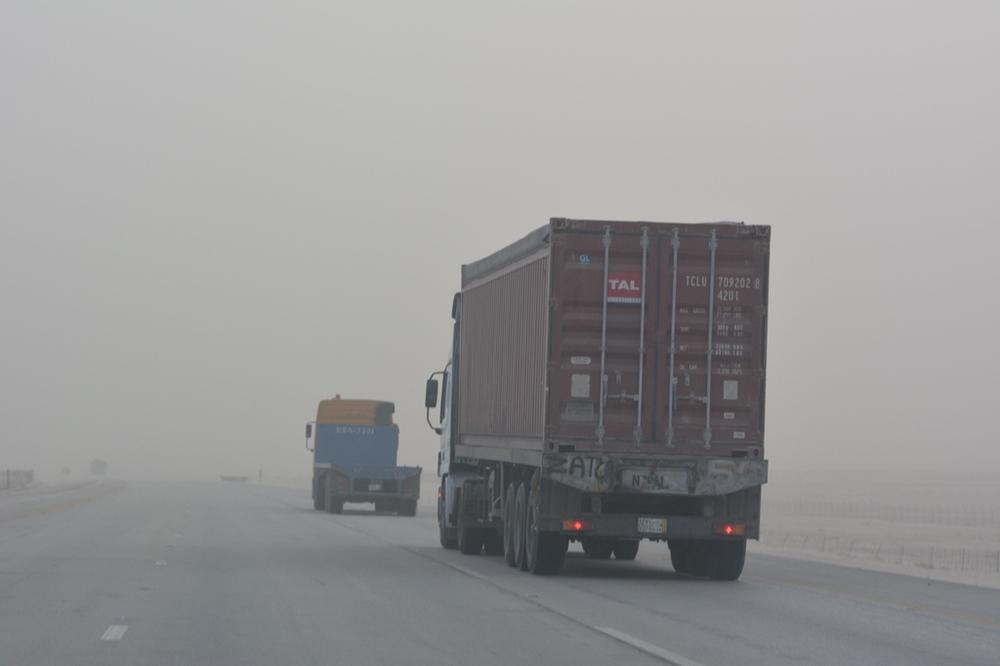 Ciężarówki różnego kalibru - stały widok na autostradzie