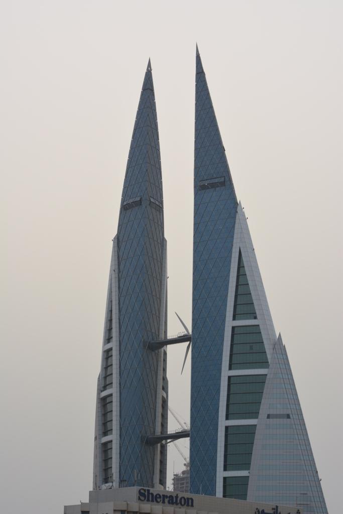 Najbardziej charakterystyczny budynek Bahrajnu nazwany World Trade Center Bahrajnu (BWTC): dwie wieże w kształcie żagli wznoszą się na wysokość 240 metrów i są połączone trzema mostami z turbinami wiatrowymi, wyglądającymi jak ogromne śmigła samolotów. Produkują one energię elektryczną, po części pokrywającąenergetyczne zapotrzebowanie wieżowca