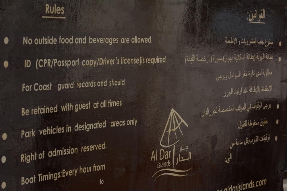 Lista zasad obowiązującychna wyspie. Przykład, jak wyglądają banery informacyjne w państwach arabskich - od prawej strony po arabsku, od lewej po angielsku