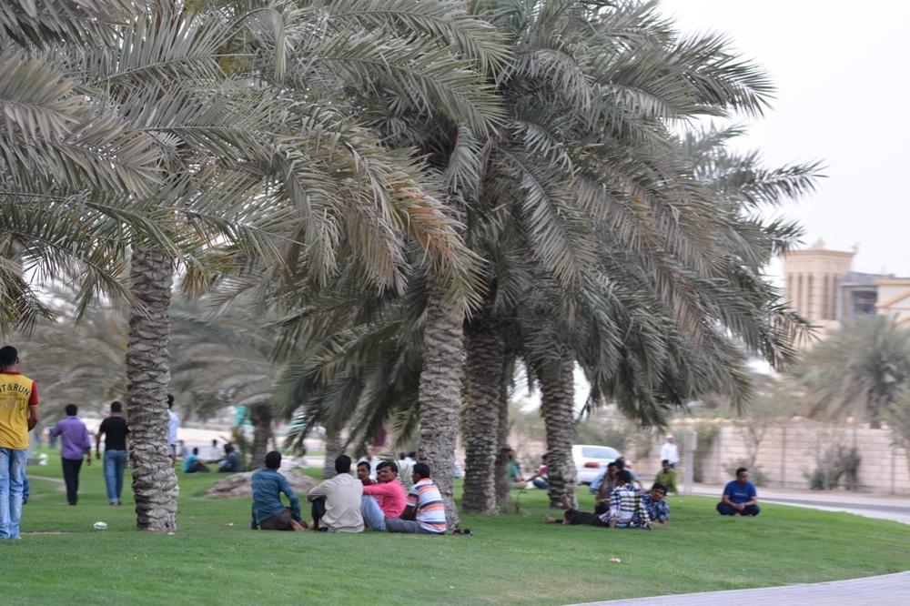 Tak odpoczywają mieszkańcy Manamy. W większości są to mężczyźni narodowości pakistańskiej, hinduskiej i filipińskiej