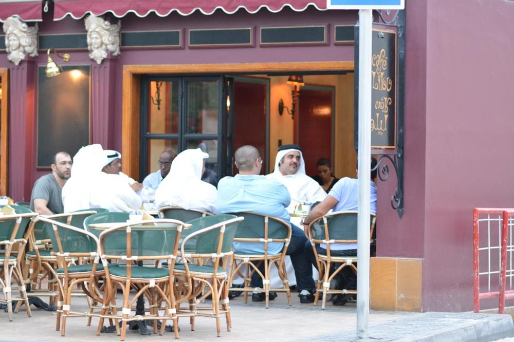 A tak odpoczywają rodowici Bahrańczycy lub przyjezdni Saudyjczycy...