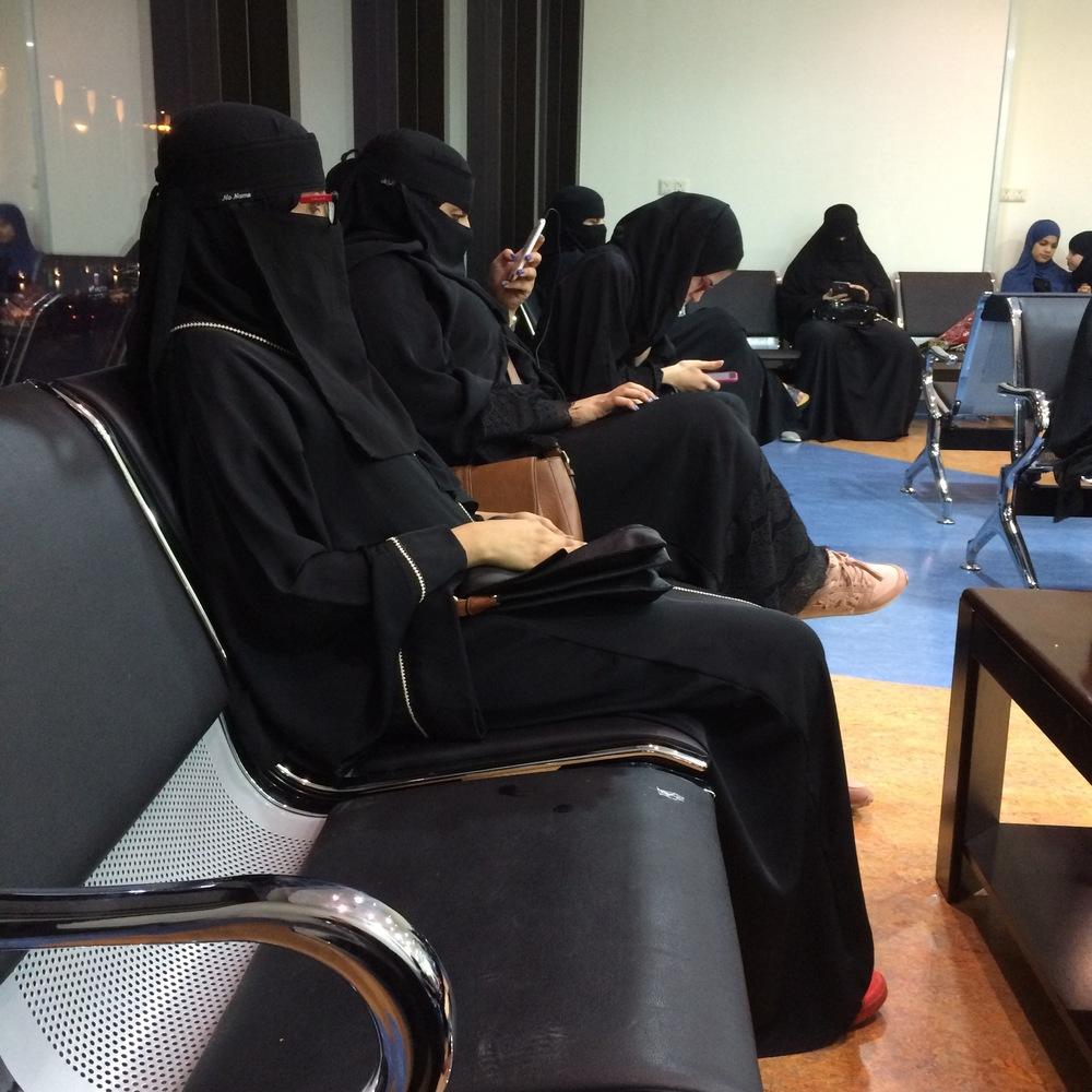 Jedyne zdjęcie, gdzie udało mi się złapać kilka kobiet na raz (jest to poczekalnia dla kobiet w szpitalu). Widać tutaj i te, które noszą niqab i te, które noszą jedynie hidżab